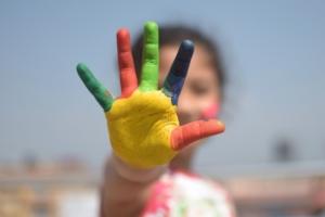 Eine bunte Hand mit fünf Fingern